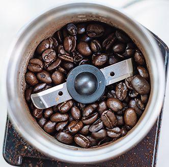arti dari blande grinder adalah grinde yang menggunakan pisau penggiling yang sangat tajam yang terletak tengah-tengah mesin penggiling yang terlihat seperti baling – baling dan berputar dengan kecepatan tinggi.