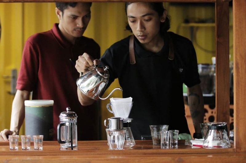 Namun, kami akan memberikan beberapa tips untuk anda yang ingin membuat kopi manual brewing dirumah. Berikut uraiannya: