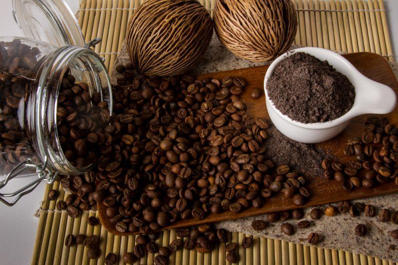 Ampas kopi biasanya dianggap tidak berguna dan dibuang begitu saja. Tapi tahukan anda ternyata ampas kopi memiliki banyak manfaat dalam kehidupan?