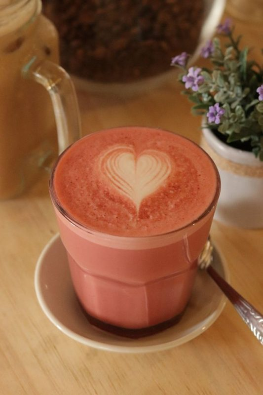 Terinspirasi cake cokelat berwarna merah yang sangat populer di dunia, red velvet latte ini akan memberikan sensasi baru. Seperti makan red velvet cake di dalam minuman kopi.