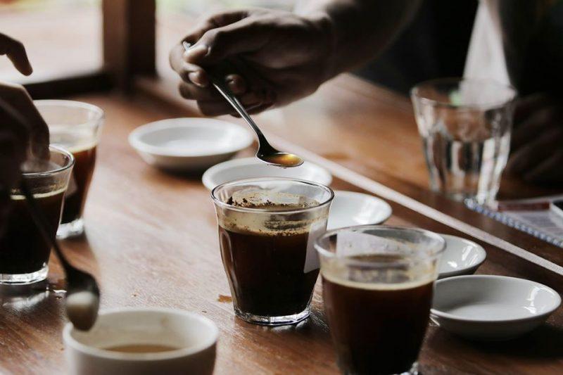 Pada saat ditanya, jenis kopi apa yang pertama kali di konsumsi. Mungkin sebagian orang akan menyebutnya kopi hitam atau kopi tubruk. Pecinta kopi pastinya sudah tidak asing dengan jenis kopi yang satu ini.