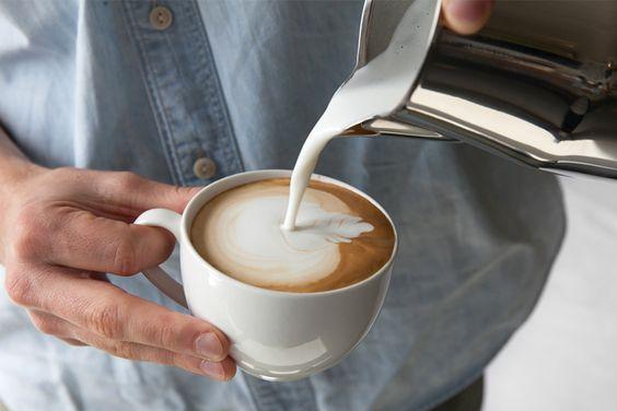 Di dunia kopi, susu segar yang dipakai juga penting. Setidaknya ada bebera hal yang perlu diperhatikan saat memilih susu untuk campuran kopi