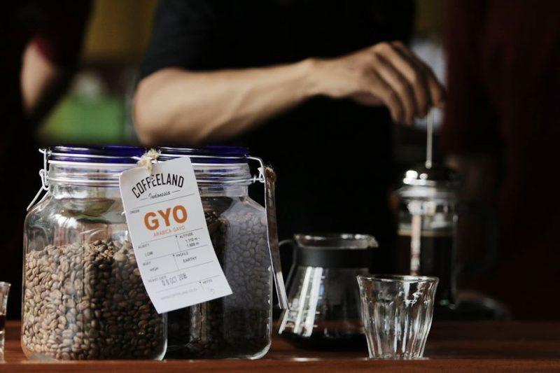 Untuk mengobati rindu akan ngopi santai di kedai kopi, Self quarantine bisa menjadi momen Anda mengembangkan skill baru dalam menyeduh kopi sendiri.