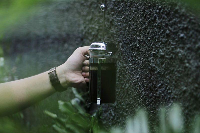 Sama seperti menyeduh dengan menggunakan alatmanual brewlainnya, dalam french press rasio air dan kuantitas kopi yang digunakan juga harus seimbang.