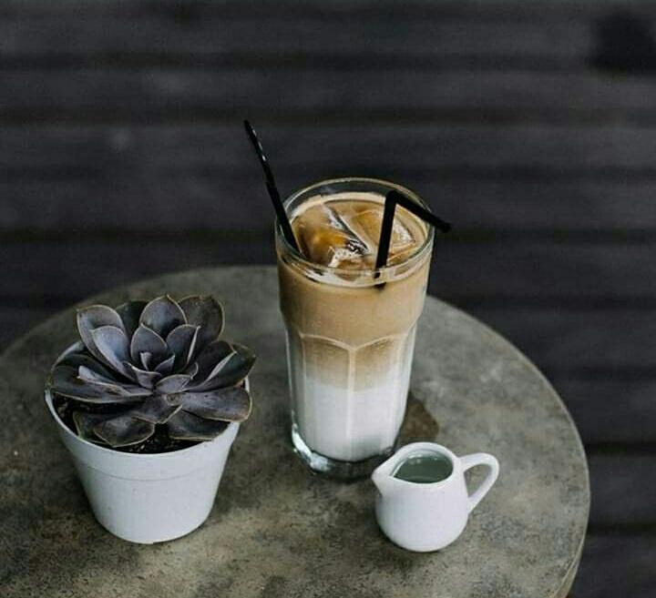 Siapa yang suka dengan es kopi susu gula aren? Pastinya hampir semua kalangan menyukai minuman yang satu ini. Es kopi susu gula aren banyak diminati karena rasanya yang mudah diterima dan harganya yang terjangkau.