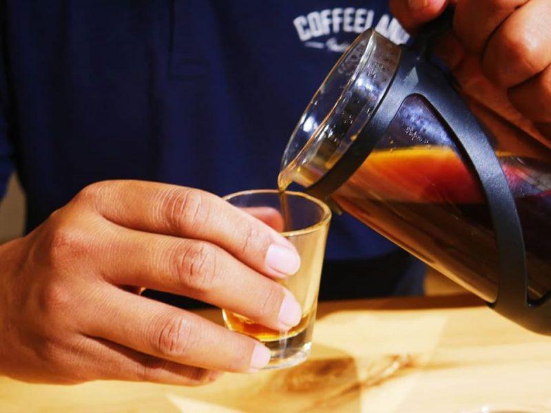 Ingin konsumsi kopi dengan aman dan sehat? Simak tips selengkapnya dibawah ini: Sebaiknya konsumsi kopi setelah makan