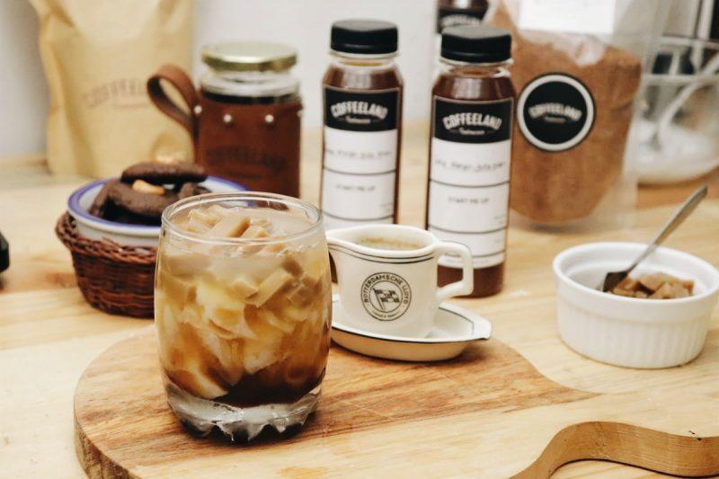 Coffee Cubes istilah untuk es kopi yang dicetak dpencetak es berbentuk kota, dapat menjadi ide untuk sisa kopimu yang tak mampu dihabiskan